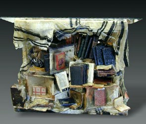 BIMA - GNIZA<br /> Fundación Pardes - Buenos Aires<br /> Libros sagrados, resina, poliéster<br /> 1,50 x 1,20 x 0,70 mts<br /> 2000
